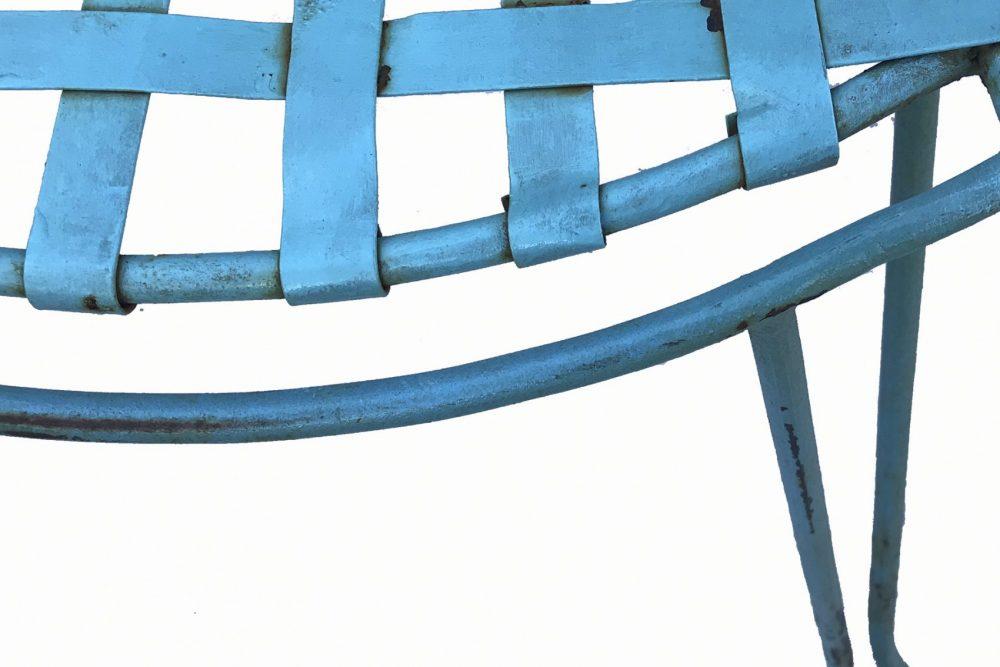 détail de chaise blue en métal