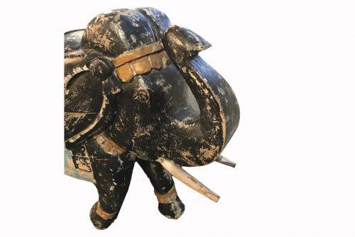 la tête de la statuette éléphant noir