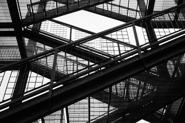 escaliers de secours dans un immeuble design industriel