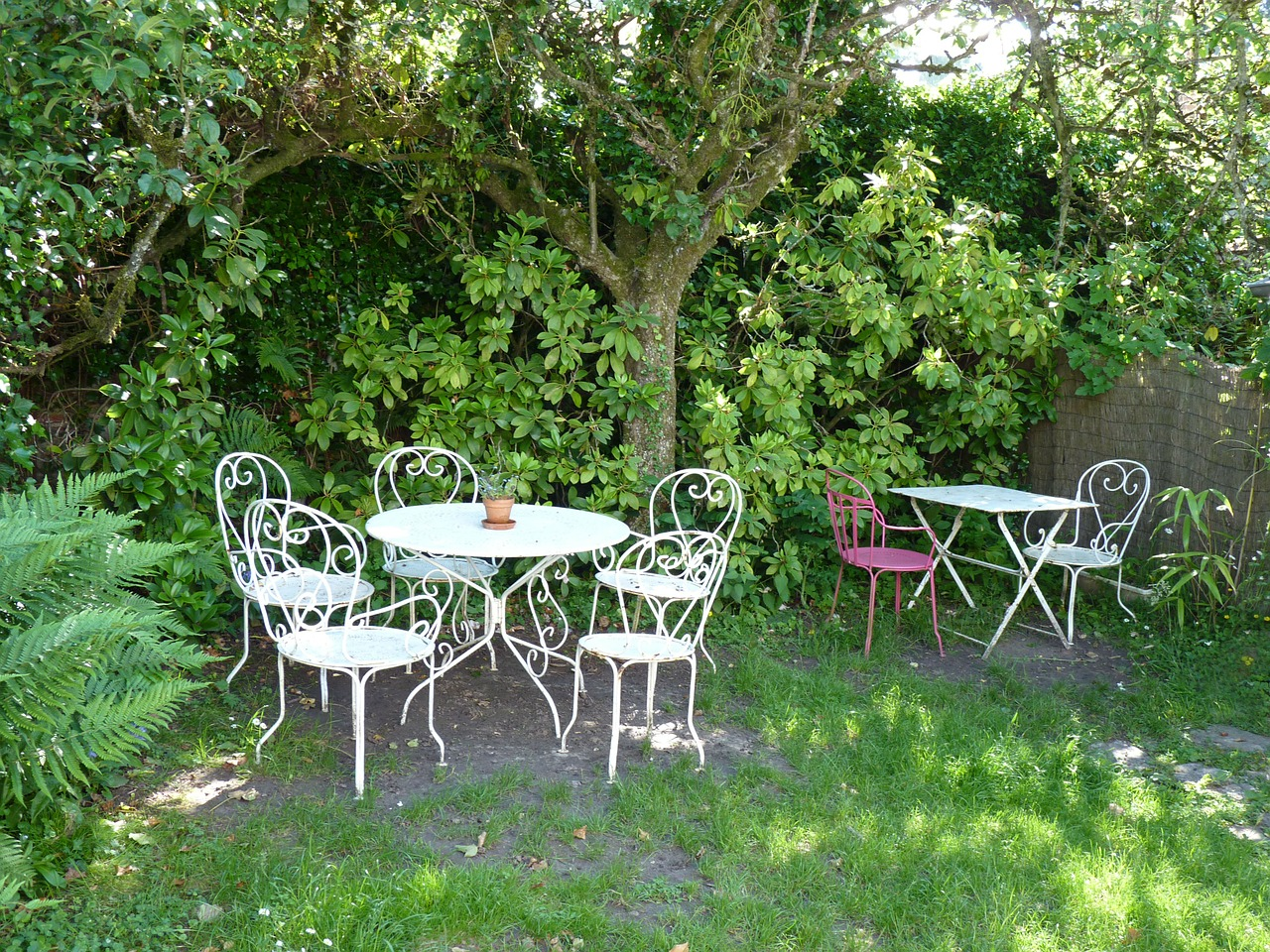 mobilier de jardin, chaises et table ronde style bistrot