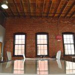 Une grande table dans un loft new-yorkais