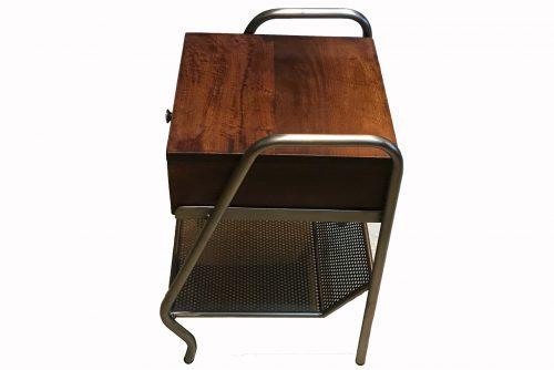 profil d'une table vintage , fabriquée en bois et métal