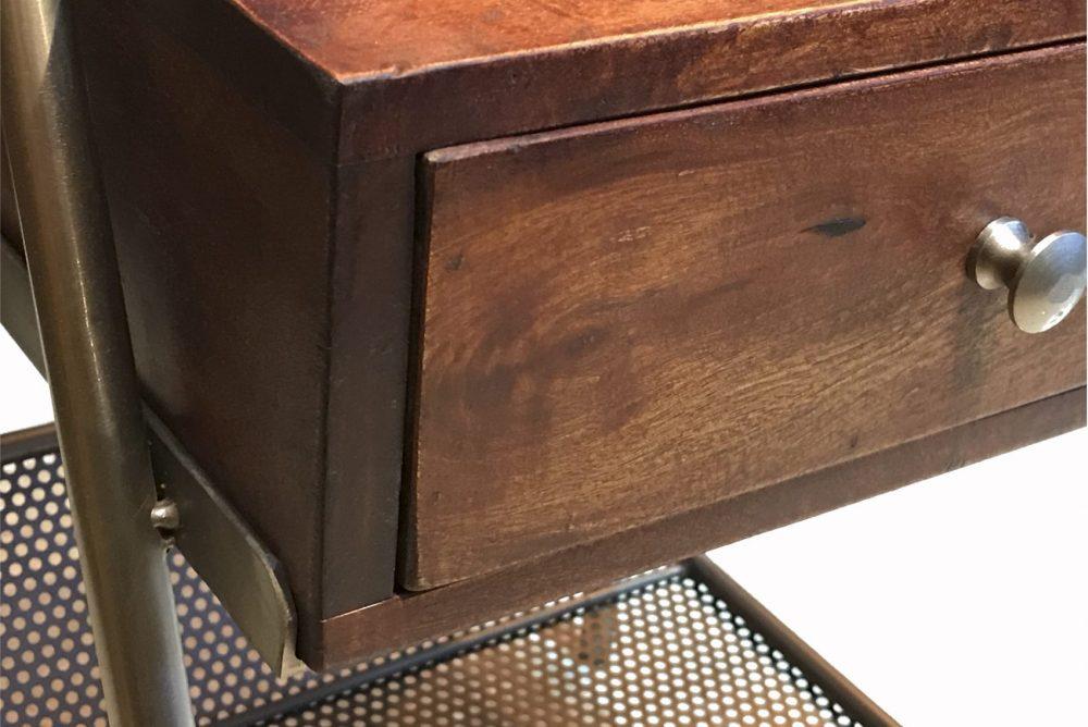 tiroir d'une table de nuit en bois et métal