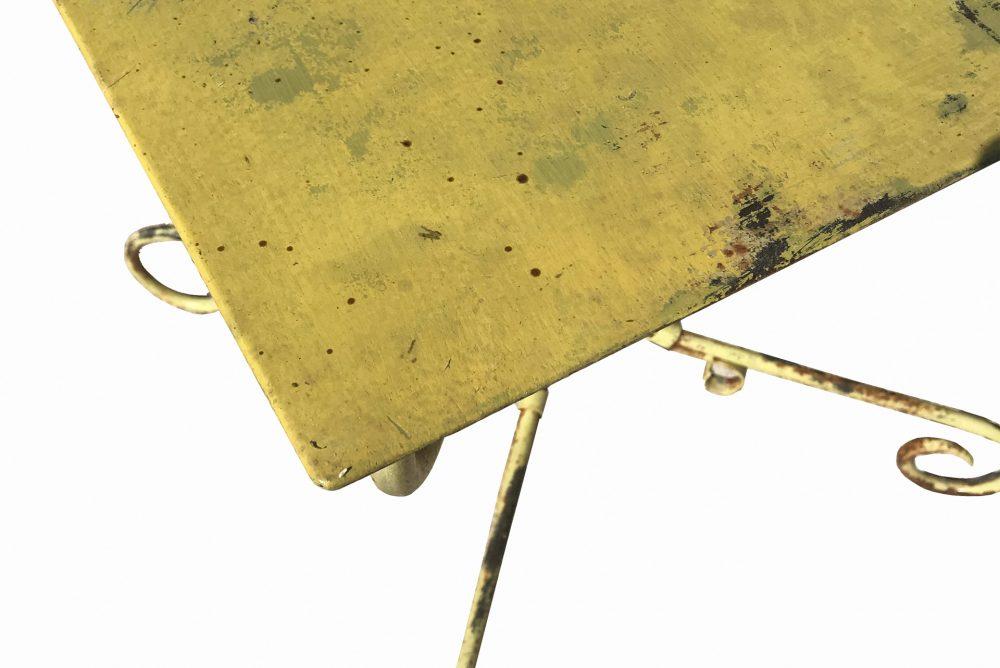 table extérieur en métal, couleur jaune